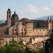 1200px-Urbino-palazzo_e_borgo